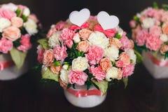 白色和桃红色玫瑰的花的布置在黑暗的背景的 新娘仪式花婚礼 免版税图库摄影