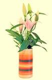 白色和桃红色百合属植物开花, (百合, lillies)花束,在一个充满活力的色的花瓶,植物布置,关闭,被隔绝 图库摄影