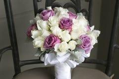 白色和桃红色花婚礼花束  免版税库存照片