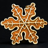 白色和棕色圣诞节装饰,反对黑b的雪剥落 免版税库存照片