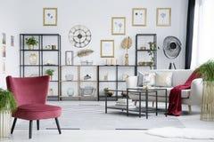 白色和樱桃桃红色家具 免版税库存图片