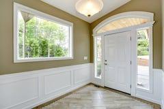 白色和橄榄定调子入口走廊 免版税库存照片