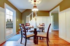 白色和橄榄色的饭厅与经典餐桌集合 库存照片