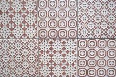白色和浅紫色的陶瓷砖纹理 与相称几何装饰品的无缝的样式 库存图片