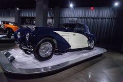 白色和深蓝1939年Bugatti类型57C Aravis 免版税库存图片