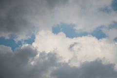 白色和灰色云彩皮清楚的蓝天 图库摄影