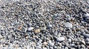 白色和灰色被环绕的小卵石石头 免版税图库摄影