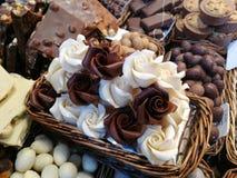 白色和牛奶巧克力在一个市场上在巴塞罗那在西班牙 库存照片