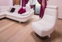 白色和现代扶手椅子 免版税图库摄影
