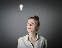 白色和电灯泡的女孩 免版税库存照片