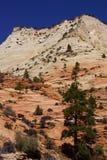 白色和红砂岩山 库存照片