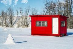 白色和红色冰渔客舱在Ste罗斯 图库摄影