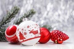 白色和红色圣诞节装饰品和杉树分支在闪烁bokeh背景与空间文本的 Xmas和新年好 免版税库存照片