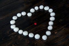 白色和红色心脏由甜点制成 免版税库存图片