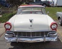 1956白色和红色福特维多利亚Fairlane 免版税库存照片