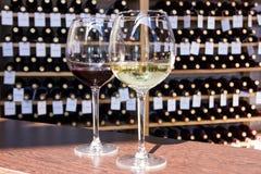 白色和红酒在玻璃 图库摄影