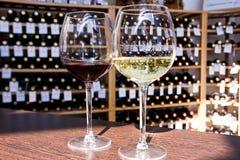 白色和红酒在玻璃 库存照片