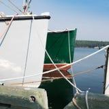 白色和绿色小船在小游艇船坞港口 免版税库存照片