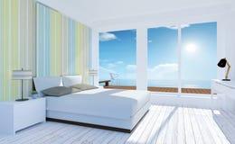 白色和舒适最小的卧室内部有海视图在夏天 免版税库存照片