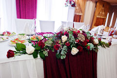 白色和英国兰开斯特家族族徽婚礼花在新婚佳偶桌上的  库存图片