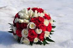 在白色的婚礼花束对雪 库存照片