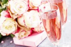 白色和英国兰开斯特家族族徽,礼物盒,与桃红色可汗的玻璃花束  图库摄影