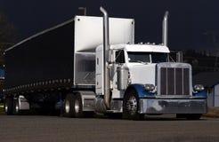 白色和蓝色半经典之作卡车 免版税库存照片