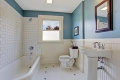 白色和蓝色卫生间内部 库存图片