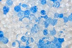 白色和蓝色发光的球 免版税库存图片