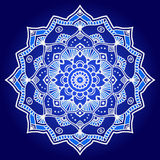 白色和蓝色图表印地安花卉坛场 免版税库存图片