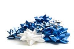 白色和蓝色圣诞节弓 免版税库存图片