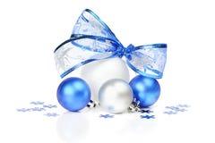 白色和蓝色圣诞节装饰 库存图片