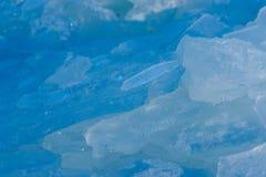 白色和蓝色打破的冰 库存照片