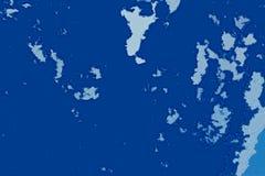 白色和蓝色抽象背景纹理 与北部海岸线,海,海洋,冰,山,云彩的幻想地图 免版税库存图片
