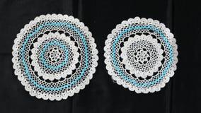 白色和蓝色样式钩针编织桌布 免版税图库摄影