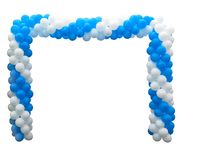 白色和蓝色气球五颜六色的曲拱被隔绝在背景 库存图片