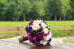 白色和蓝色玫瑰婚礼花束  免版税图库摄影