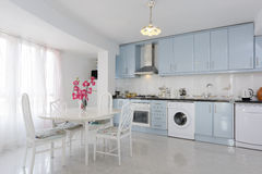白色和蓝色的厨房 免版税库存图片