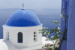 白色和蓝色的桑托林岛 库存照片