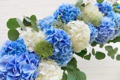 从白色和蓝色花的婚礼曲拱 免版税库存照片