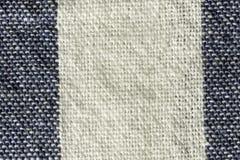 白色和蓝色镶边棉织物宏指令特写镜头 免版税库存照片