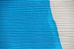 白色和蓝色绘了在一个小屋的木头从海洋 免版税库存图片