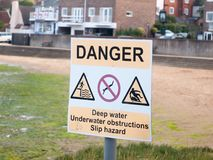 白色和酸模警告危险的标志深水 库存图片