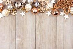 白色和金子圣诞节装饰在木头的顶面边界 库存图片