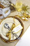 白色和金子新年快乐典雅的美好的餐桌餐位餐具-垂直 库存照片