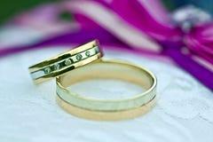 白色和金银铜合金两个金子婚戒  免版税库存图片