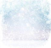 白色和银色抽象bokeh光 与雪花覆盖物的defocused背景 免版税库存图片