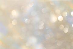 白色和银色抽象bokeh光 defocused的背景 免版税库存图片