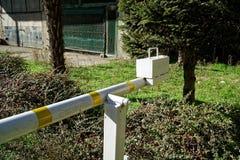 白色和黄线barier的路,危险警告在柏油路附近 免版税库存图片