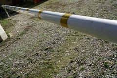 白色和黄线barier的路,危险警告在柏油路附近 免版税库存照片